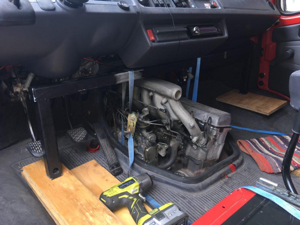 Mercedes T1/Bremer: Motor von innen mit Brücke anheben